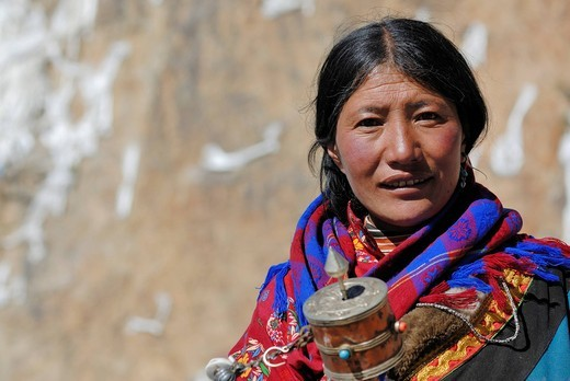 Stock Photo: 1848-533441 Tibetan pilgrim woman with prayer wheel at Namtso Lake, Heavenly Lake, Tibet, China, Asia