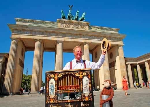 Stock Photo: 1848-536367 Hurdy gurdy man in front of Brandenburg Gate, Berlin, Germany, Europe