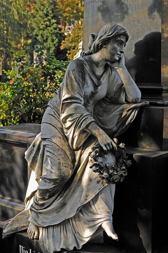 Mourning female statue holding a wreath of roses on a 19th century family grave, Johannisfriedhof cemetery, founded in the 13th century, Brueckenstrasse street 9, Nuremberg, Middle Franconia, Bavaria, Germany, Europe : Stock Photo