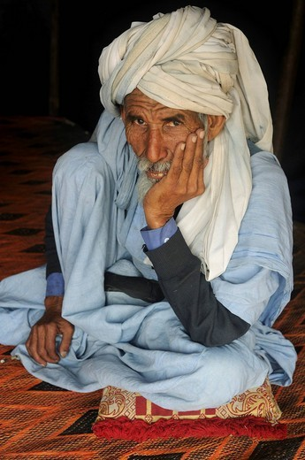 Traditionally dressed Bedouin man sitting on the floor, Nouakchott, Mauritania, northwestern Africa : Stock Photo