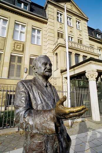 Stock Photo: 1848-539176 Johannes Rau, 8th President of Germany, monument in front of the former State Chancellery, Villa Horion, Duesseldorf, North Rhine_Westphalia, Germany, Europe