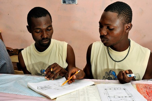 Architecture students drawing a diagram of a earthquake_proof house with truss structure. They are being trained by a German aid organization after the devastating earthquake in January 2010, Coq Chante village near Jacmel, Haiti, Caribbean, Central Ameri : Stock Photo