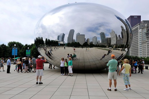 Tourists standing in front of the Cloud Gate sculpture, nicknamed The Bean, created by Anish Kapoor, AT & T Plaza, Millennium Park, Chicago, Illinois, United States of America, USA : Stock Photo