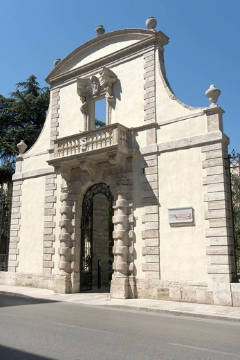 Garden portal of Palazzo Odoardi _ De Scrilli, attributed to Giuseppe Giosafatti, now the seat of the local Chamber of Commerce, Corso Vittorio Emanuele II, Ascoli Piceno, Marches, Italy, Europe : Stock Photo