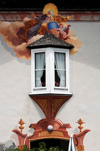 Lueftlmalerei traditional mural over an old bay window, Im Gries 16, Mittenwald, Upper Bavaria, Bavaria, Germany, Europe : Stock Photo