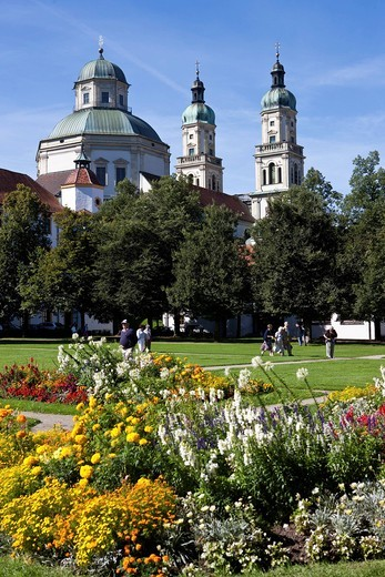Looking through the park towards the Basilica of St. Lorenz, a former Benedictine abbey church of the Prince Abbot of Kempten, today the Parish Church of St. Lorenz, Diocese of Augsburg, Residenz Square, Kempten, Lower Allgaeu, Allgaeu, Swabia, Bavaria, G : Stock Photo