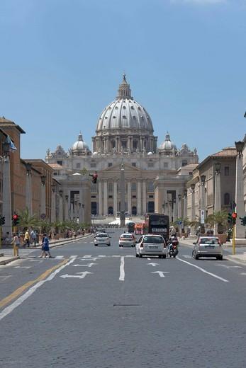 Perspective view of Saint Peter´s basilica showing the dome in its entirety, Via della Conciliazione, Borgo ward, Rome, Latium, Italy, Europe : Stock Photo