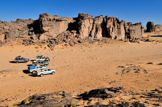 Stock Photo: 1848-551382 Tourist cars on Tasset Plateau, Tassili n´Ajjer National Park, Unesco World Heritage Site, Wilaya Illizi, Algeria, Sahara, North Africa