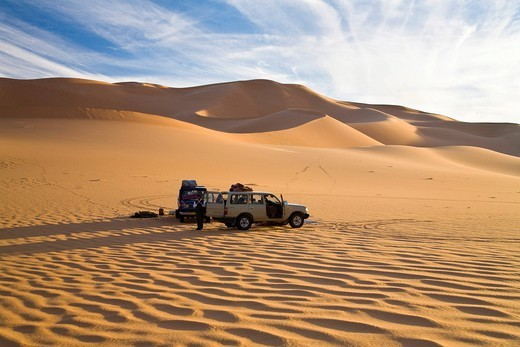 Jeeps in the sand dunes of the Libyan desert, Erg Murzuq, Libya, Sahara, North Africa, Africa : Stock Photo