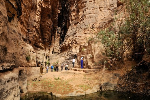 Stock Photo: 1848-556712 Tourists at the guelta in the slot canyon of Wadi Essendilene, Tassili n´Ajjer National Park, Unesco World Heritage Site, Wilaya Illizi, Algeria, Sahara, North Africa, Africa