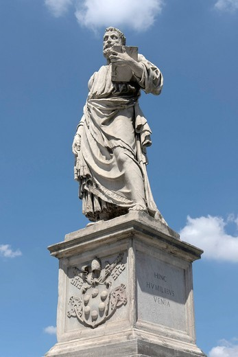 Statue of Saint Peter on Ponte Sant´Angelo, by Lorenzetto, aka Lorenzo Fiorentino, under pope Clement VII Medici, Medici coat of arms on the pedestal, Rome, Latium, Italy, Europe : Stock Photo