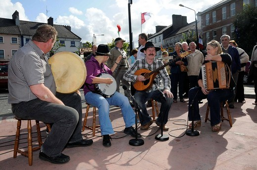 Stock Photo: 1848-559873 Irish people making music together, Irish folklore at the Fleadh Cheoil 2009, the largest festival of traditional music in Tullamore, County Offaly, Midlands region, Republic of Ireland, Europe