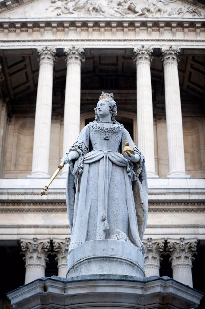 Statue of Queen Anne outside St Paul´s Cathedral, London, England, United Kingdom, Europe : Stock Photo
