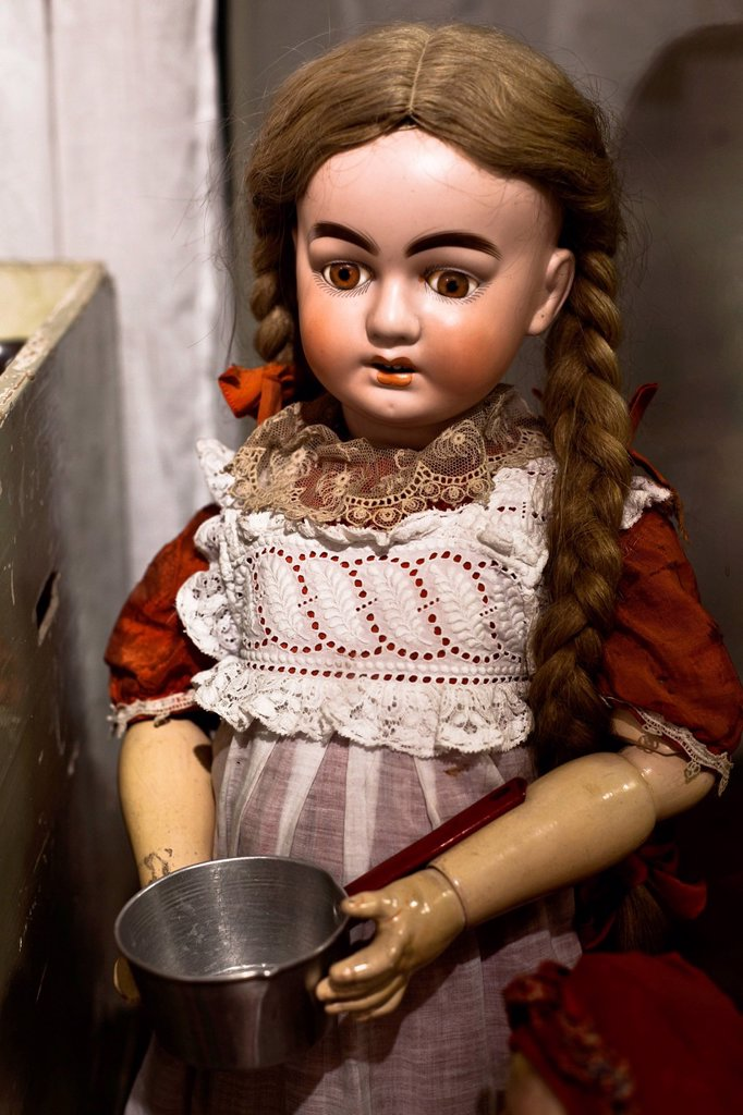 Stock Photo: 1848-572952 Old porcelain doll