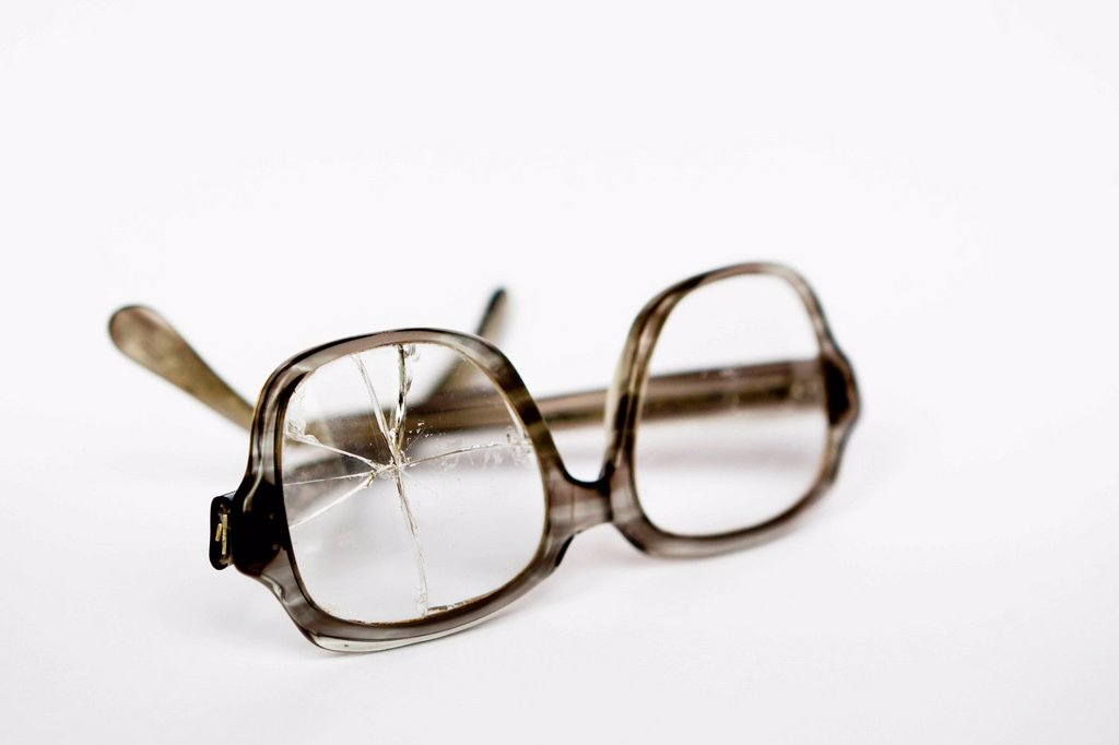 Stock Photo: 1848-574116 Old broken glasses