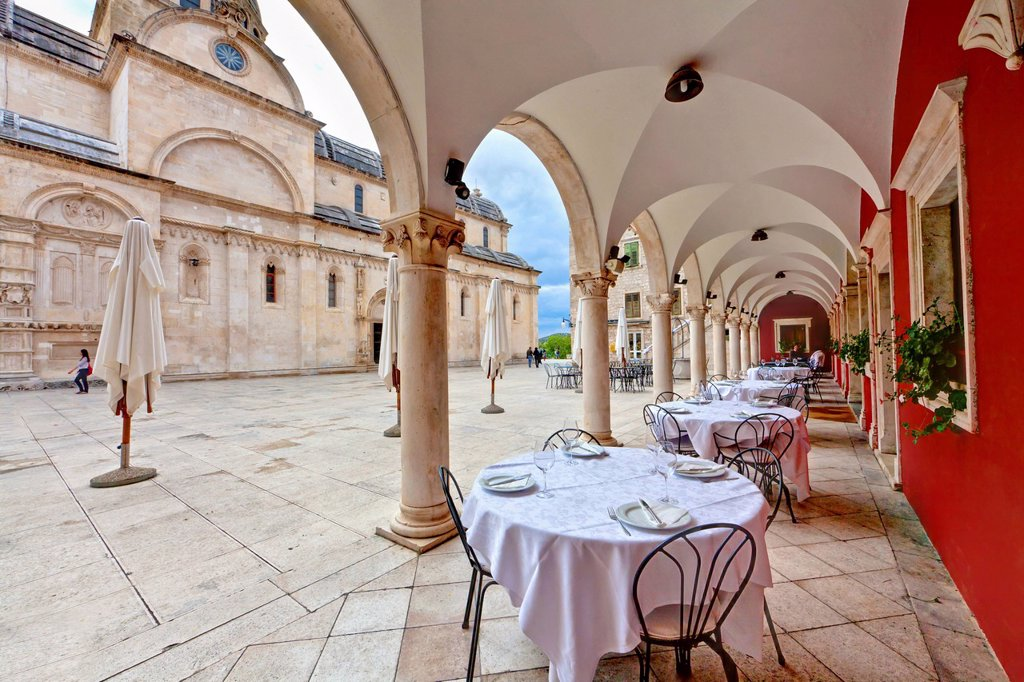 Stock Photo: 1848-577927 Restaurant in front of the Katedrala svetog Jakova, Cathedral of St. James, UNESCO World Heritage Site, Sibenik, central Dalmatia, Adriatic coast, Europe, PublicGround