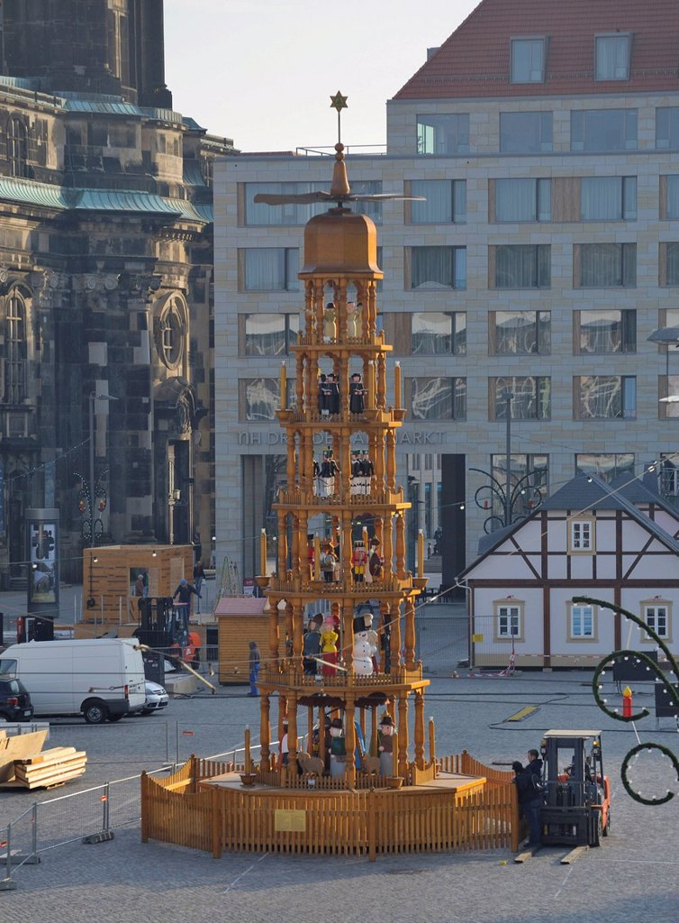 Stock Photo: 1848-578585 Striezelmarkt Christmas market is being set up, Altmarkt square in Dresden, Saxony, Germany, Europe