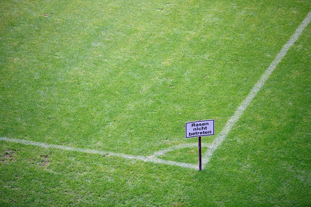 Stock Photo: 1848-583047 Sign, lettering ´´Rasen nicht betreten´´, German for ´´Keep off the lawn´´, on a sports field, grass pitch