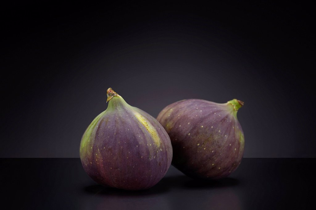 Stock Photo: 1848-587199 Blue figs Ficus carica on a dark glass plate