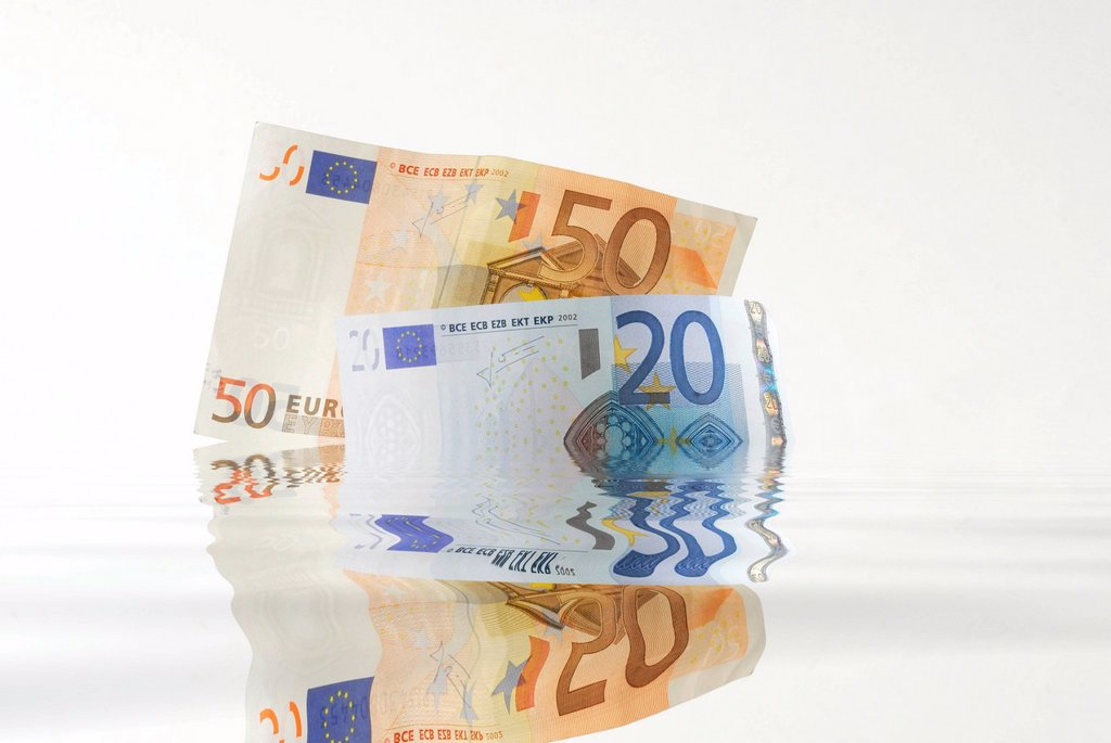 Stock Photo: 1848-591737 Euro banknotes sinking into water, symbolic image