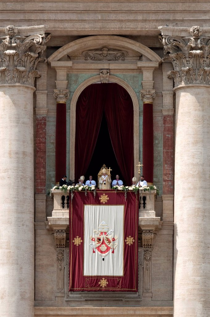 Stock Photo: 1848-595713 Pope Benedict XVI during Urbi et Orbi papal blessing for Easter, balcony Loggia delle Benedizioni, St. Peter´s Square, Piazza San Pietro, Vatican, Rome, Lazio, Italy, Europe