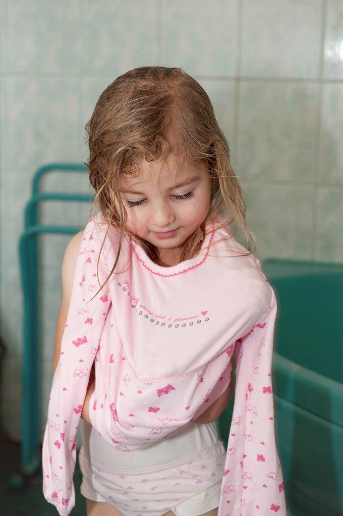 Stock Photo: 1848-596075 Girl, 4 years, getting dressing