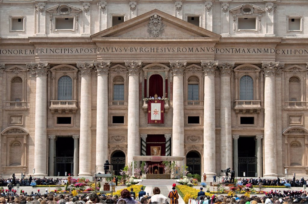 Stock Photo: 1848-596222 St. Peter´s Basilica with Pope Benedict XVI during Easter Mass and Urbi et Orbi papal blessing, balcony Loggia delle Benedizioni, St. Peter´s Square, Piazza San Pietro, Vatican, Rome, Lazio, Italy, Europe