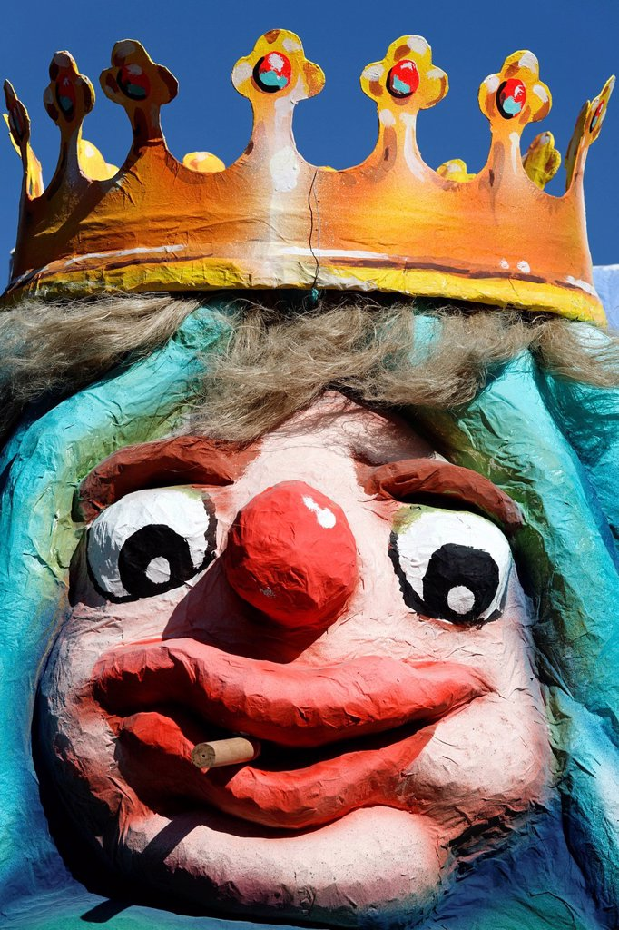 Stock Photo: 1848-599682 King wearing a crown with a comical facial expressions, smokes cigarillos, paper_mache figure, parade float at the Rosenmontagszug Carnival Parade 2011, Duesseldorf, North Rhine_Westphalia, Germany, Europe