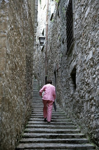 Steps leading up an alley in the historic centre of Girona, Costa Blanca, Catalonia, Spain : Stock Photo