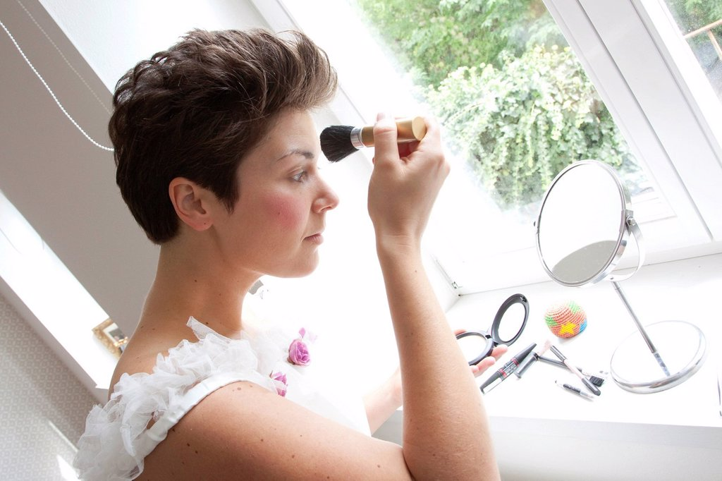 Stock Photo: 1848-602215 Bride powdering her nose