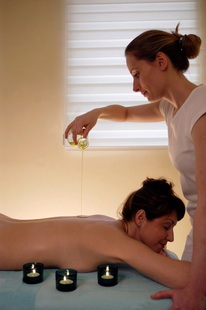 Stock Photo: 1848-606704 Woman, 35, having a massage with oil