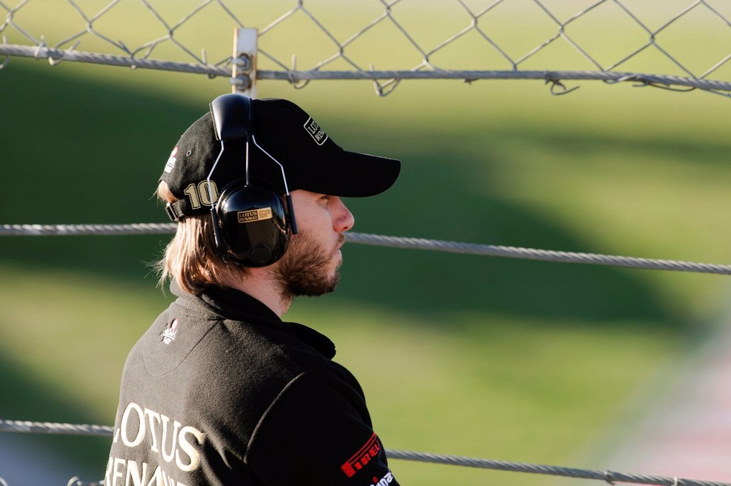 Portrait of Nick Heidfeld, ENG, Lotus Renault GP, observing events through a fence, Formula 1 testing at the Circuit de Catalunya race track near Barcelona, Spain, Europe : Stock Photo