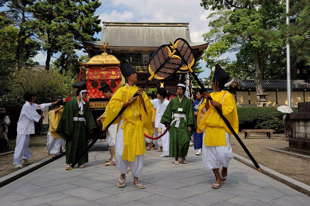Procession to the shrine festival Matsuri, in the back the gatehouse of the Kintano Tenmango Shrine, Kyoto, Japan, Asia : Stock Photo