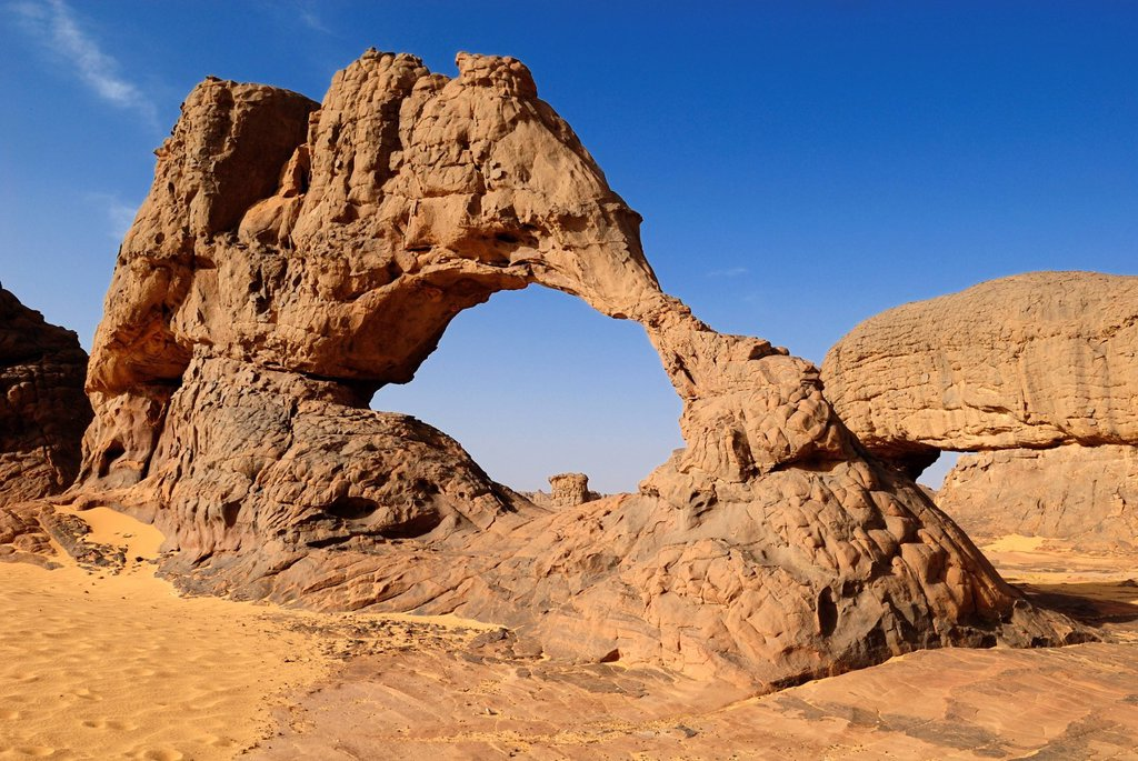 Natural bridge, arch, sandstone rock formation at Youf Ahakit, Tassili du Hoggar, Wilaya Tamanrasset, Sahara Desert, Algeria, North Africa : Stock Photo