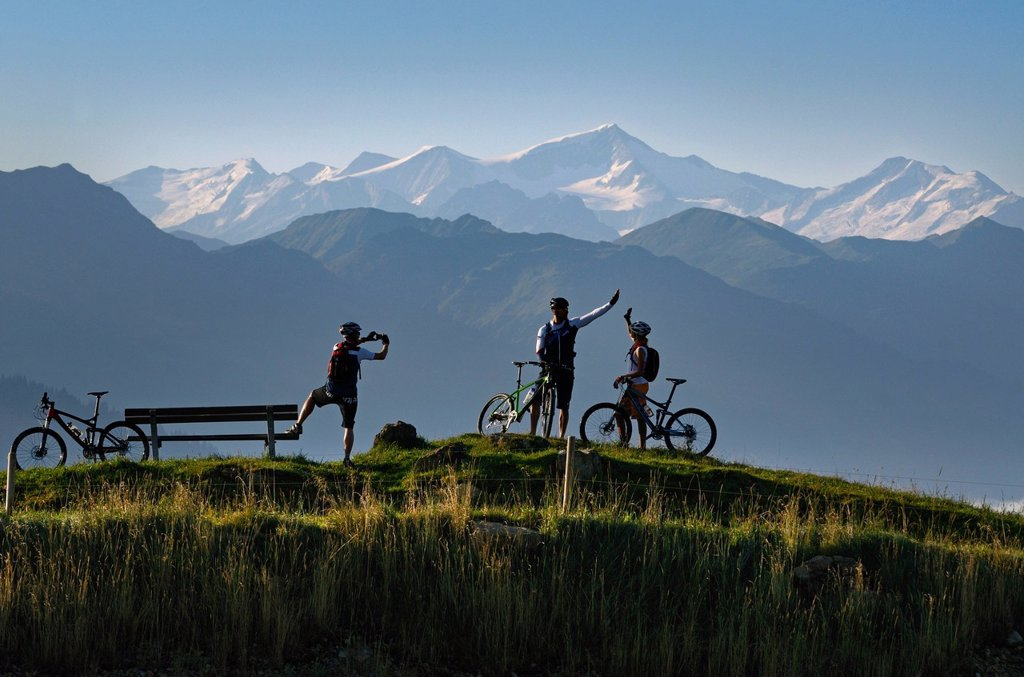 Stock Photo: 1848-613058 Mountain bikers at Salvensee Lake, Mt Hohe Salve, Mt Kitzbueheler Horn, Kitzbuehel Alps, Tyrol, Austria, Europe