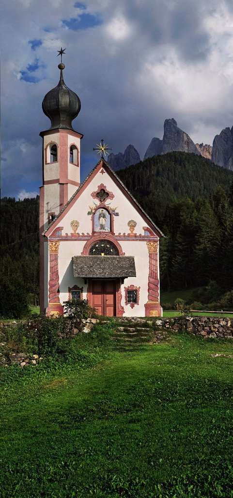 Stock Photo: 1848-617744 Small church of St. Johann in Ranui with the Geisler Group, Odle Mountains, Villnoess or Funes Valley, Dolomites, South Tyrol, Italy, Europe
