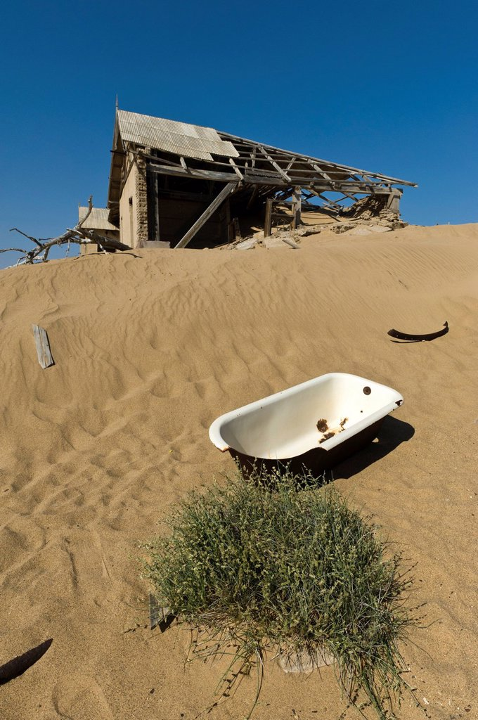 Bath tub and a ruined house, abandoned diamond mine, Kolmanskop, Namibia, Africa : Stock Photo