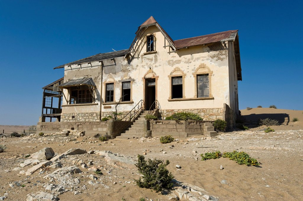 Stock Photo: 1848-618178 Ruined house of a bookkeeping clerk, abandoned diamond mine, Kolmanskop, Namibia, Africa