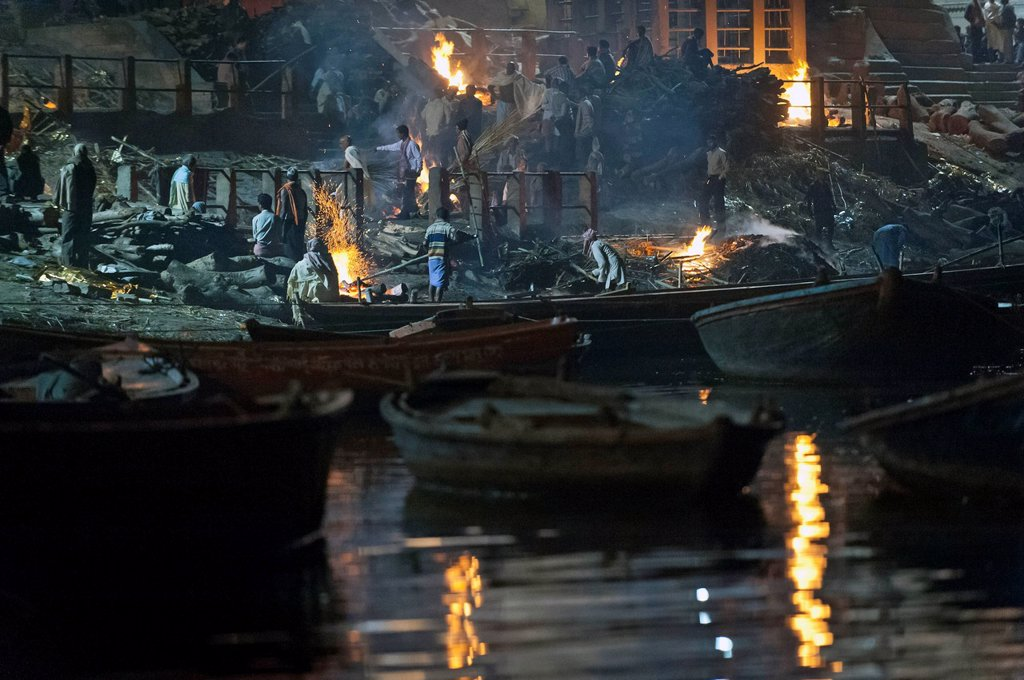 Stock Photo: 1848-618440 Burning pyres, cremation of bodies according to a Hindu ritual, Manikarnika Ghat, primary cremation Ghat at Varanasi, Benares or Kashi, Uttar Pradesh, India, Asia