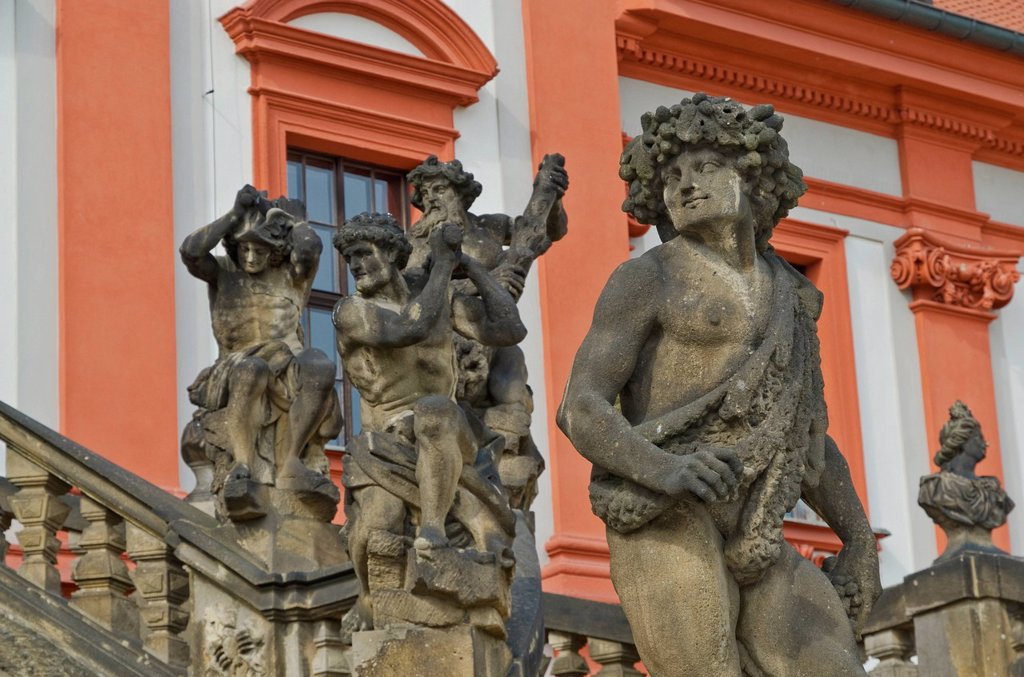 Sculptures in front of Zámek Troja, Troja Palace, a Baroque palace built for the Counts of Sternberg from 1679 to 1691, in Troja, north_west Prague, Czech Republic, Europe : Stock Photo