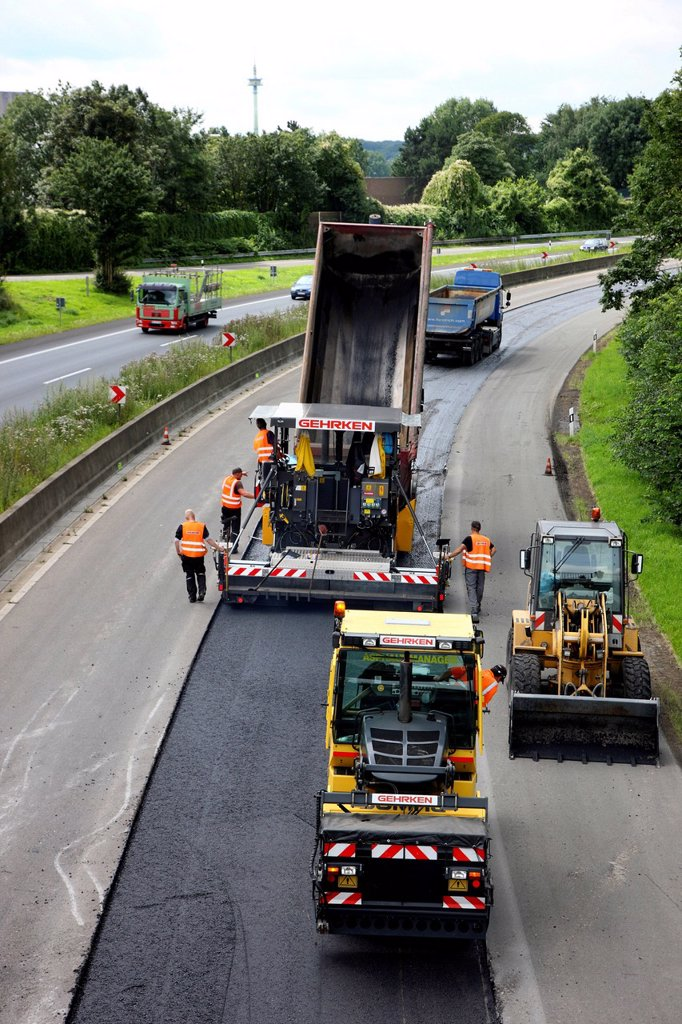 Stock Photo: 1848-627213 Applying a new asphalt surface, silent tarmac, porous asphalt, noise_absorbing road surface, highway A40 or Ruhrschnellweg, Muelheim an der Ruhr, North Rhine_Westphalia, Germany, Europe