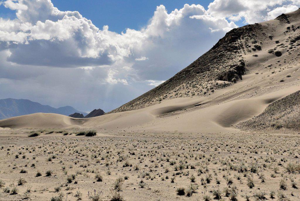Mountains and sand dunes between Trakduka and Gyantse, Gyangze, Tibet, China, Asia : Stock Photo