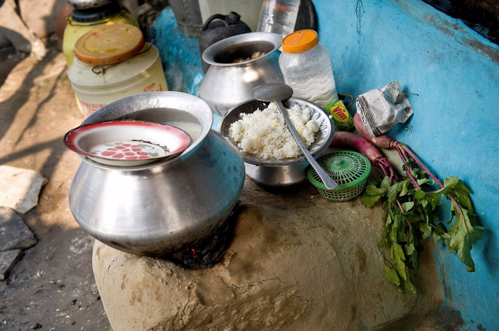 Cooking site, cooking utensils, food, slum hut, Shibpur district, Haora or Howrah, Calcutta, Kolkata, West Bengal, India, Asia : Stock Photo