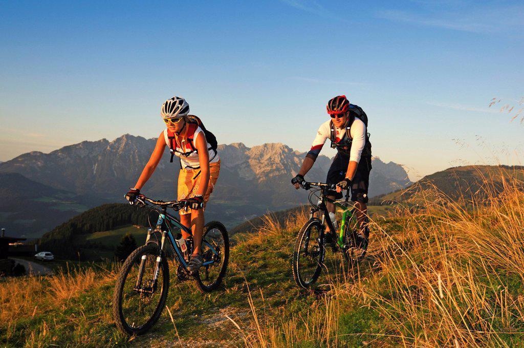 Stock Photo: 1848-630873 Mountain bikers at the Kraftalm alp, Mt Hohe Salve, Kitzbuehel Alps, Tyrol, Austria, Europe