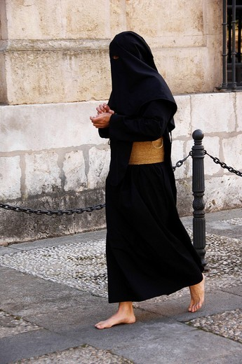 Penitent dressed in black penitential robe nazareno on their way to the Semana Santa, Holy Week Procession, Sevilla, Andalusia, Spain : Stock Photo
