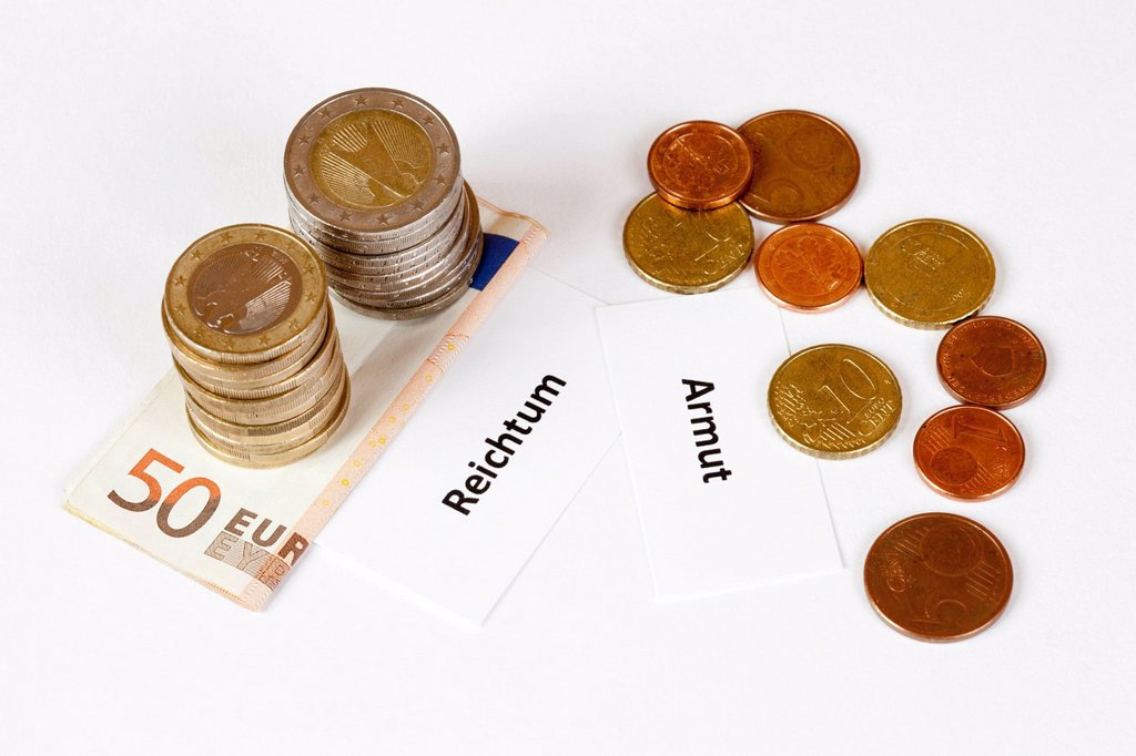 Stock Photo: 1848-653829 Signs Reichtum and Armut, German for wealth and poverty, stacked euro coins on euro banknotes, symbolic image for income gap