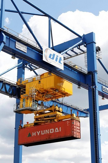 Modern container crane at the new logistic_terminal Logoport, Duisburg_Rheinhausen, NRW, Germany : Stock Photo