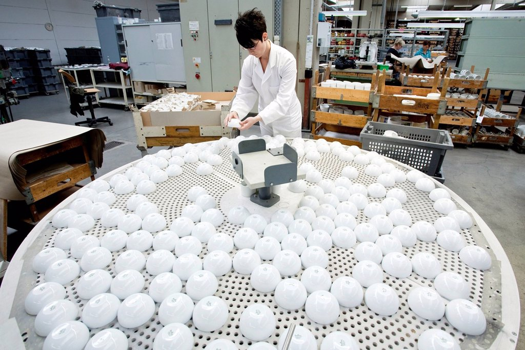 Stock Photo: 1848-661740 Employee during the final sorting of dessert bowls from Rosenthal in the production of tableware at the porcelain manufacturer Rosenthal GmbH, Speichersdorf, Bavaria, Germany, Europe