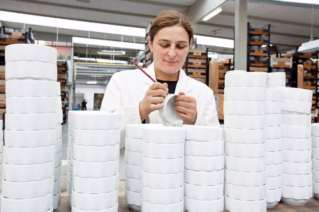 Employee during the final sorting of soup bowls from Rosenthal in the production of tableware at the porcelain manufacturer Rosenthal GmbH, Speichersdorf, Bavaria, Germany, Europe : Stock Photo