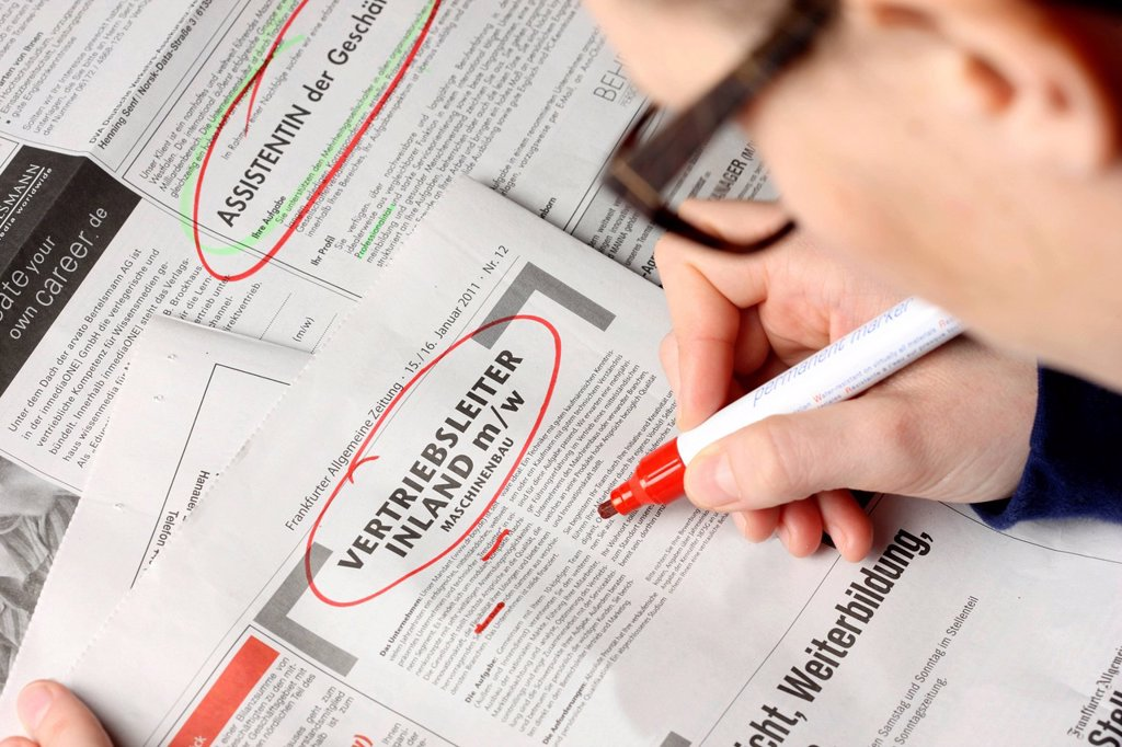 Stock Photo: 1848-664426 Job_seeking, employment ad in a newspaper, circlede ad for Vertriebsleiter or sales manager